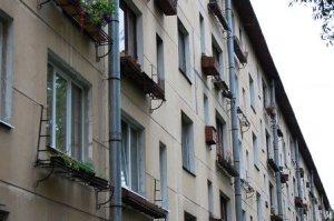 Недвижимость, сданная в аренду и ценные бумаги обеспечивают собственника периодическим доходом. Рассмотрим различия.  Дивиденды по акциям обычно выплачиваются раз в год, иногда раз в квартал. Арендная плата обычно вносится ежемесячно, а иногда наперед. Прибыль от недвижимости статична и редко меняется. Договор аренды на недвижимость обеспечивает инвестора стабильной прибылью. Доходы предприятий с высокой долей заемного капитала подвержены сильным колебаниям и во многом зависит от объемов реализации их продукции. Работа предприятий, находится в прямой зависимости от сотен факторов рынка. Предприятия всегда находятся в развитии. Постоянный поиск инноваций, путей извлечения прибыли меняют источники и объемы доходов. Можно сделать логический вывод: доходы от недвижимости более стабильны, чем доходы от корпоративных ценных бумаг.  На сегодняшний день происходит снижение ликвидности вложений в недвижимость. Это напрямую связано с отсутствующими предложениями по кредитования недвижимости по процентным ставкам в разумных пределах. Рассчитывать на варианты инвестиций с минимальными суммами не приходится. Поэтому на начальных этапах, при отсутствии кредитной массы, инвестиции в ценные бумаги более доступны рядовому инвестору.  Каждый инвестор при выборе объекта инвестирования руководствуется стремлением получить наивысший доход при минимальных рисках. Анализируются объемы необходимых инвестиций, прогнозируемый доход и возможные риски. Инвестиция в недвижимость - это долгосрочный проект. Низкая ликвидность, длительное оформление сделки, большие затраты на изменение варианта использования затрудняют быстрому получению прибыли из инвестиций в недвижимость. Несмотря на это недвижимость остается одним из самых привлекательных объектов инвестирования. Причиной привлекательности инвестиций в недвижимость является быстрое обесценивание денежных средств, ненадежностью финансовых учреждений, несоответствием банковской ставки уровню инфляции и с некоторыми другими факторами. В таких усл